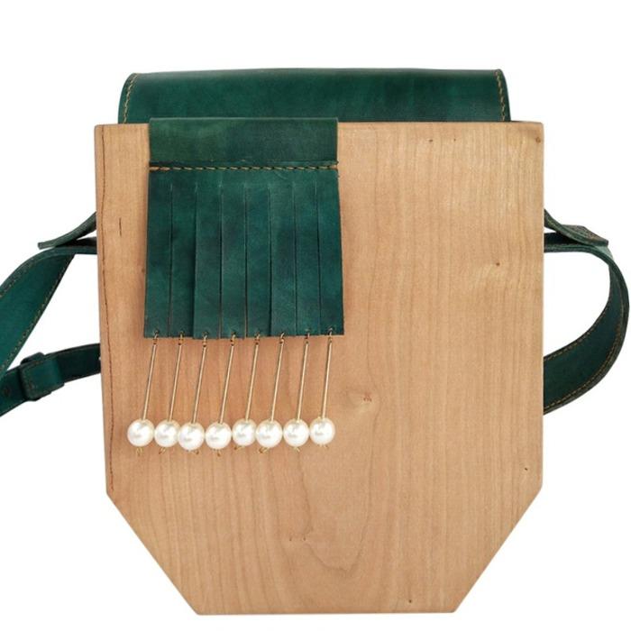 木のボディが個性的な中国人デザイナーのミニバッグ