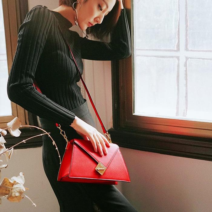 赤色のミニバッグは女子会に最適