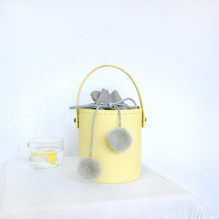 女子会にぴったりの黄色のミニバッグ