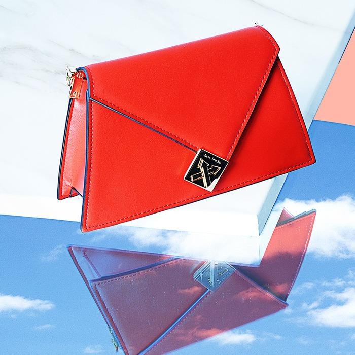 赤色のミニバッグは女子会コーデの差し色として使えそう