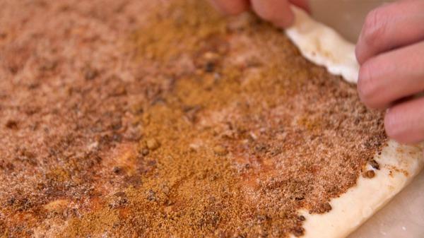 肉桂捲做法-鋪好內餡後開始捲麵團