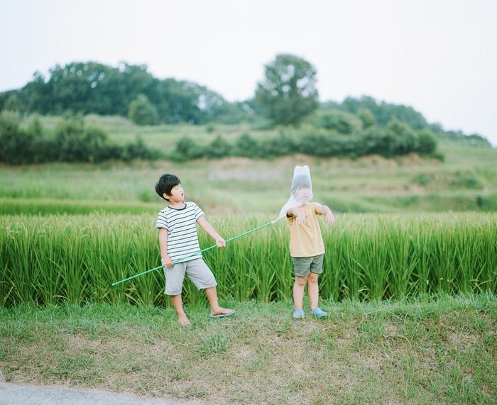 Hideaki Hamada's photography work on his sons Haru and Mina