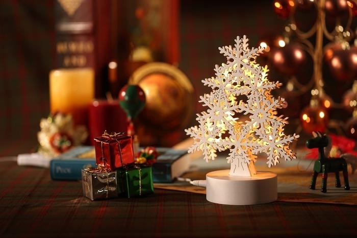 裝飾聖誕節的雪花聖誕樹燈飾