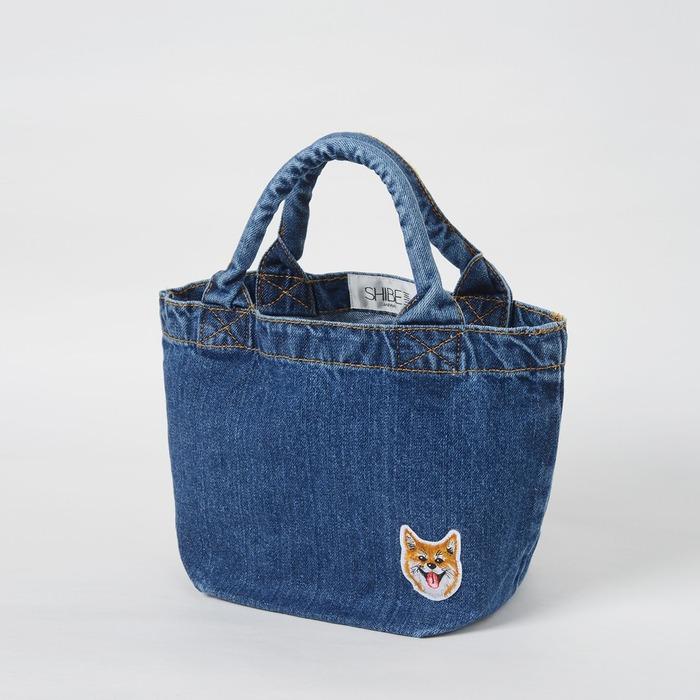 犬のイラストがワンポイントで入っているバッグ
