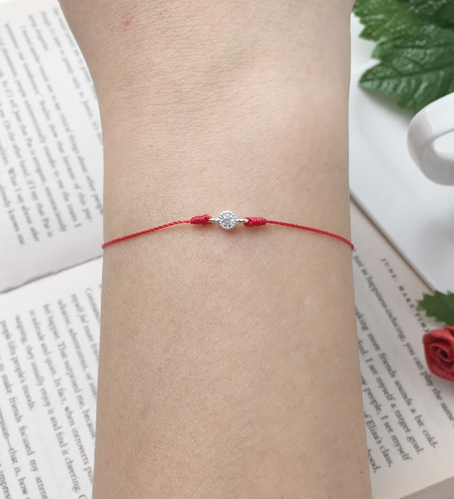 2018 horoscope and birthstone gifts for Aries: a diamond bracelet