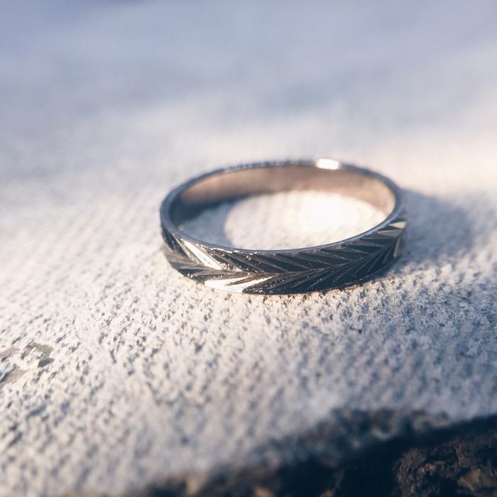 ストーリ性を感じさせるリングの商品写真